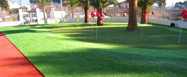Instale un campo de minigolf con césped artificial de diversos colores